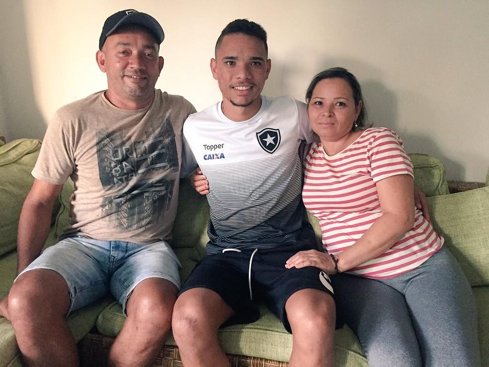 Amparo dos pais, Seu Júnior e Dona Ivonete, foi fundamental para a carreira (Foto: Thiago Lima)