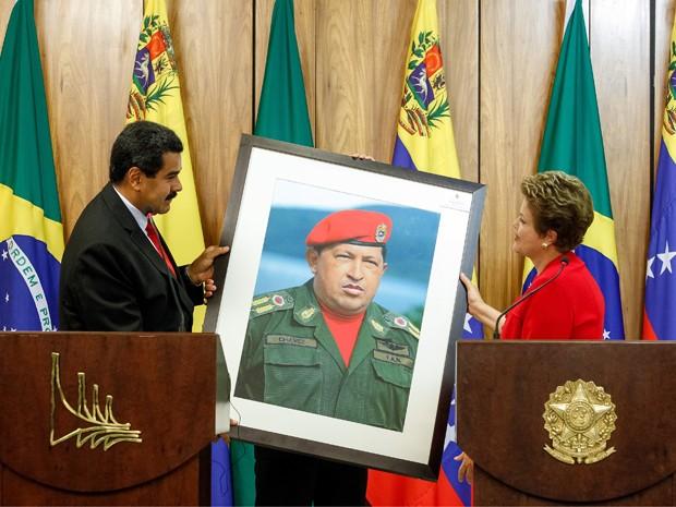 Após declaração à imprensa, Maduro presenteia Dilma retrato do ex-presidente Hugo Chávez, no Palácio do Planalto (Foto: Roberto Stuckert Filho/PR)