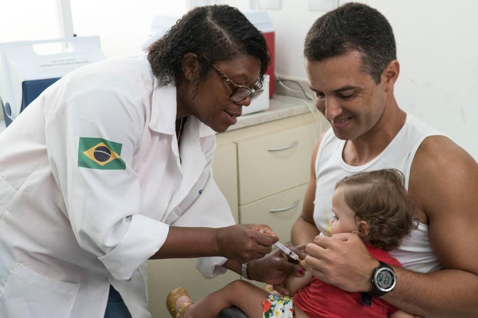 Países exigem vacinação contra a febre amarela para todos os viajantes acima de nove meses de idade procedentes do Brasil (Foto: Renata Brito/AP)