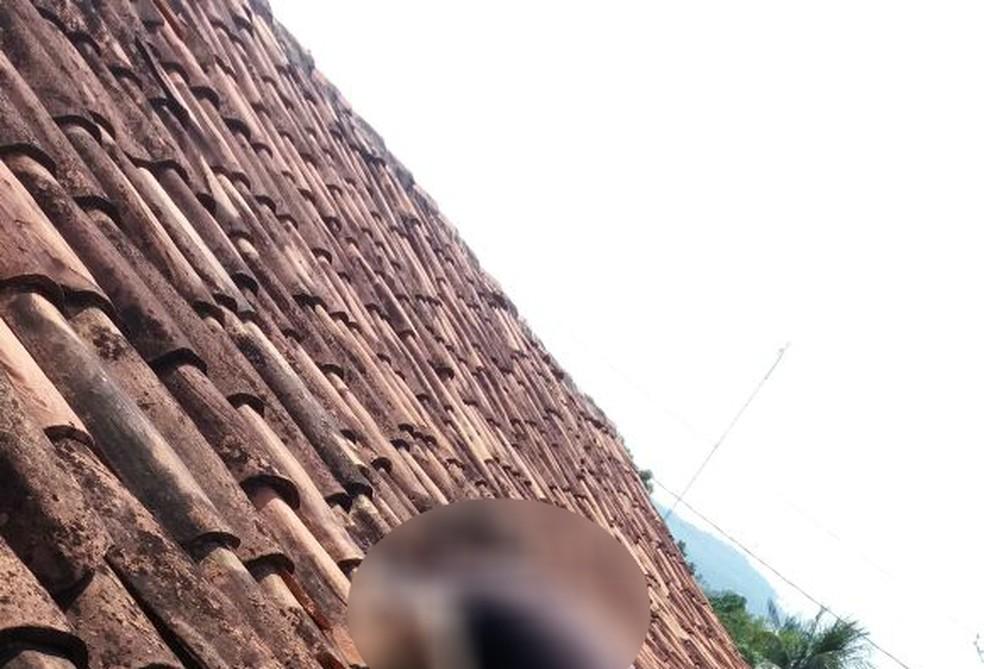 Corpo foi encontrado por morador em cima de telhado (Foto: Divulgação)