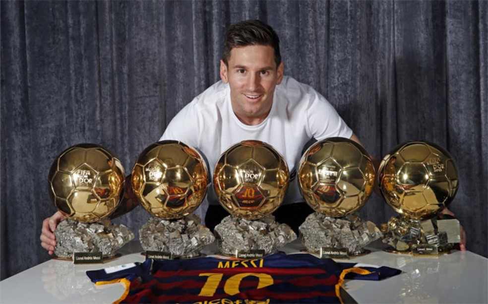 Messi com as cinco Bolas de Ouro já conquistadas (Foto: Reprodução / Site Oficial)