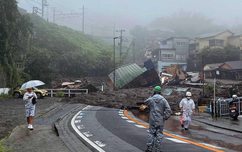 Estrada está coberta por lama e escombros após deslizamento de terra em Atami, na região de Shizuoka — Foto: Satoru Watanabe / via AP Photo