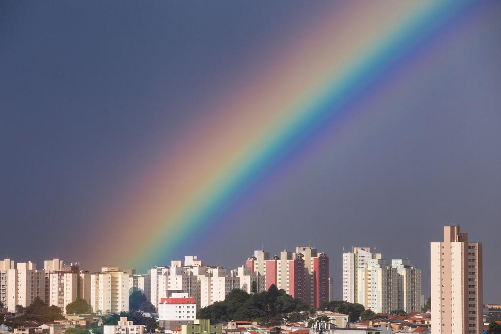 Após forte chuva, arco-íris é visto sobre a zona leste da capital de São Paulo nesta terça-feira (30).  — Foto: Ettore Chiereguini/Agência De Fotografia/Estadão Conteúdo