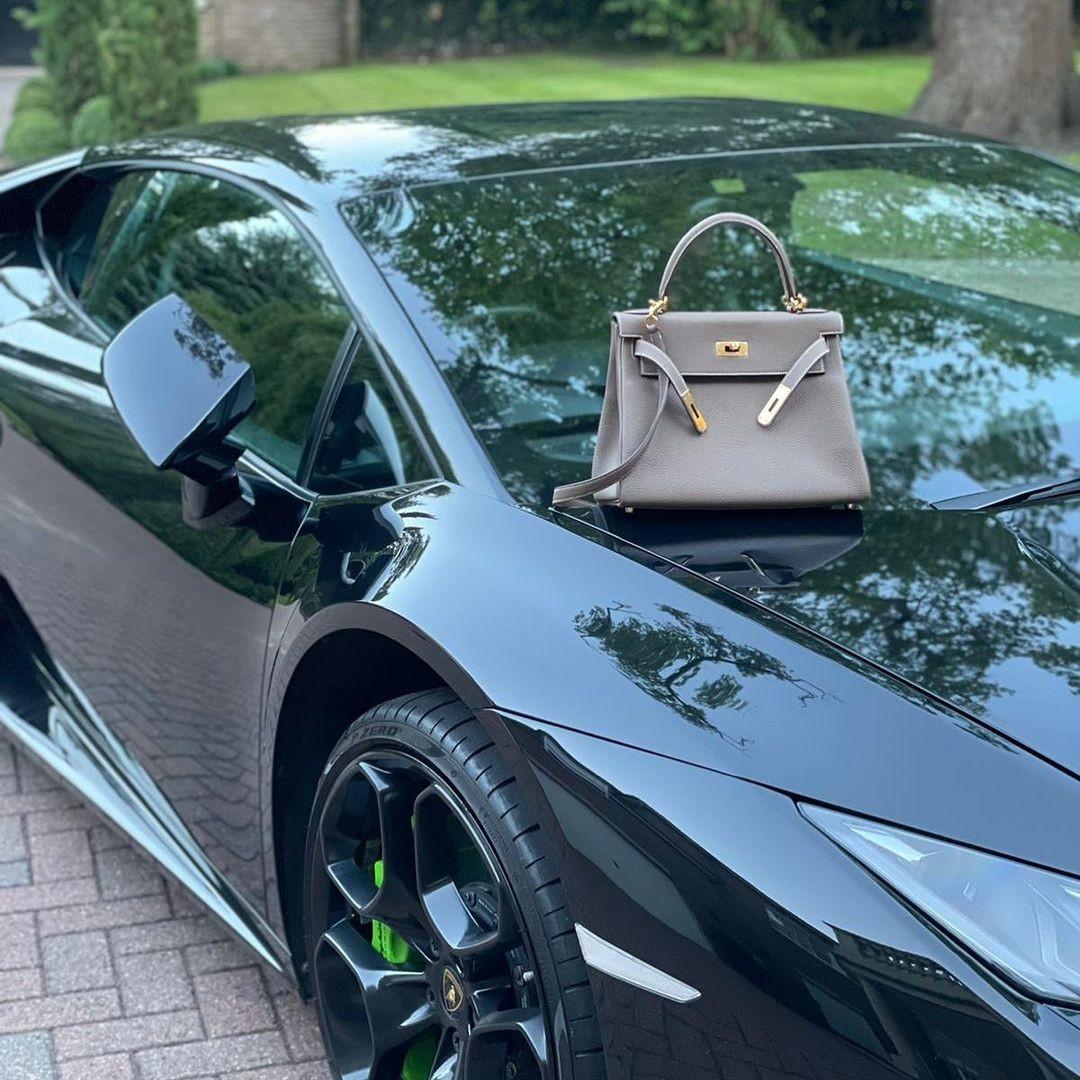 Τσάντα Birkin στο αυτοκίνητο Lamborghini (Φωτογραφία: Αναπαραγωγή / Instagram)