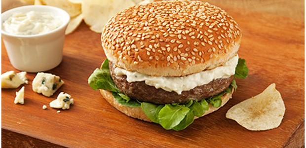 Hambúrguer com Molho de Gorgonzola e Iogurte (Foto: divulgação)