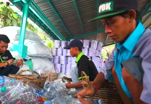 Em Surabaya, na Indonésia, passageiros trocam lixo plástico pela passagem de ônibus; dez copos plásticos ou 5 garrafas valem um bilhete de 2 horas (Foto: BBC News)
