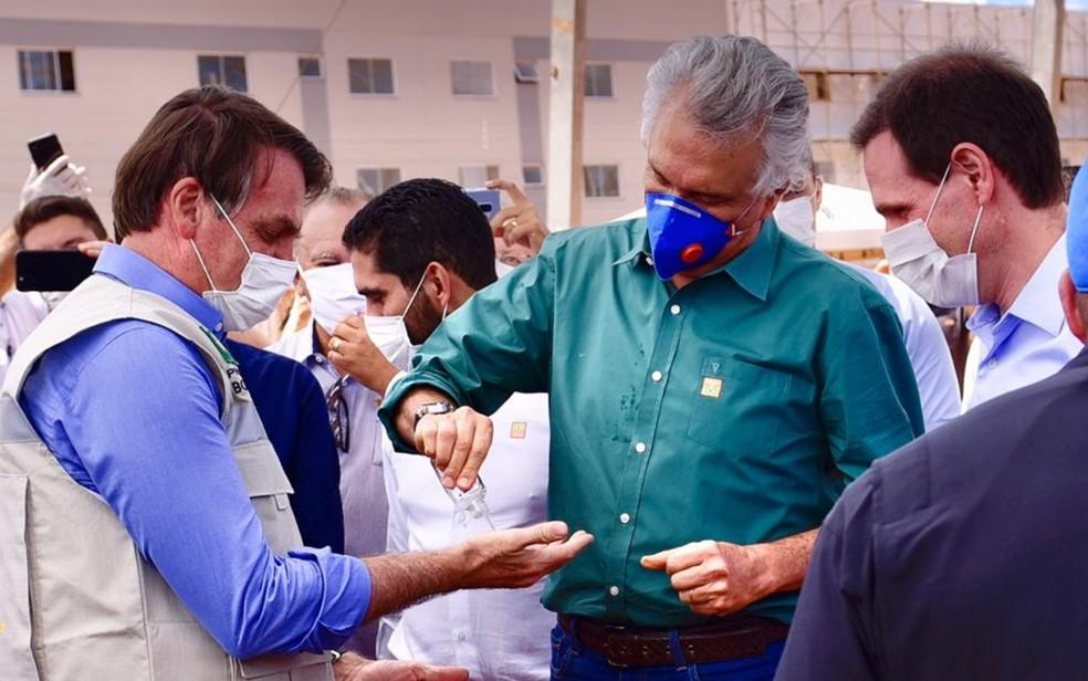 Ronaldo Caiado (DEM) compartilha álcool em gel com presidente Jair Bolsonaro (sem partido) Águas Lindas de Goiás — Foto: Reprodução/Júnior Guimarães