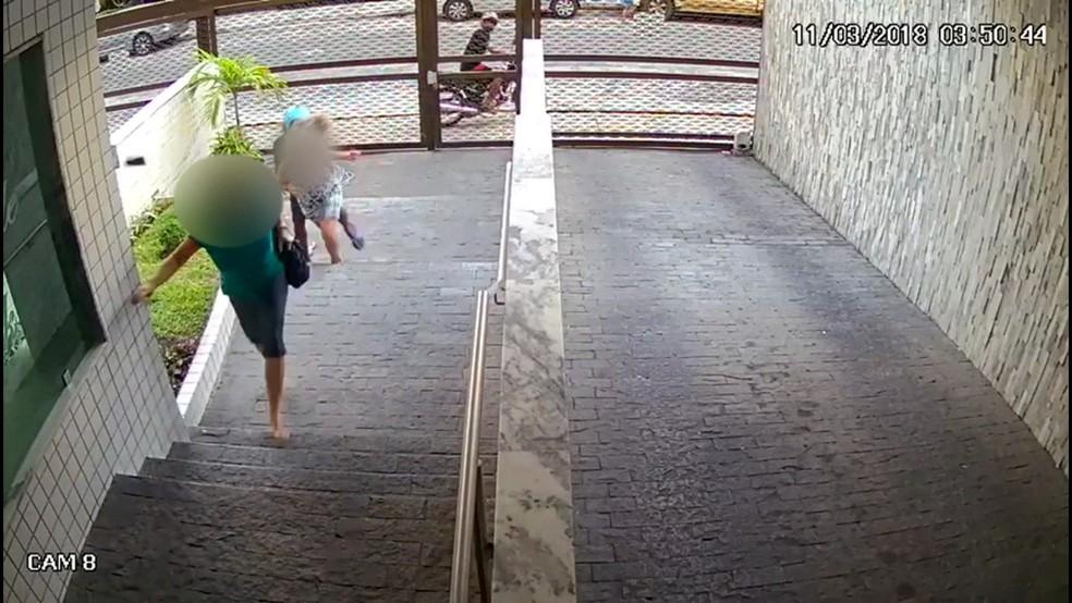 Câmeras de segurança flagraram homem assaltando mulher em prédio no bairro da Tamarineira, na Zona Norte do Recife (Foto: Reprodução/TV Globo)