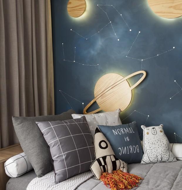 A roupa de cama Dmaiz Kids faz parte da ambientação espacial, com cobertores e almofadas em tons de cinza e azul  (Foto: Adriana Barbosa/ Divulgação)