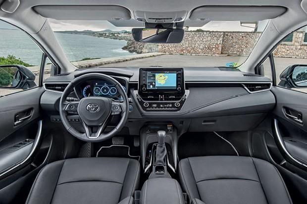 Toyota Corolla sedã 2020 - Por dentro, o padrão de acabamento foi aprimorado, com uso de materiais mais requintados. Os bancos são confortáveis, mas as telas da central multimídia e do quadro de instrumentos deveriam ser mais caprichadas (Foto: Divulgação)