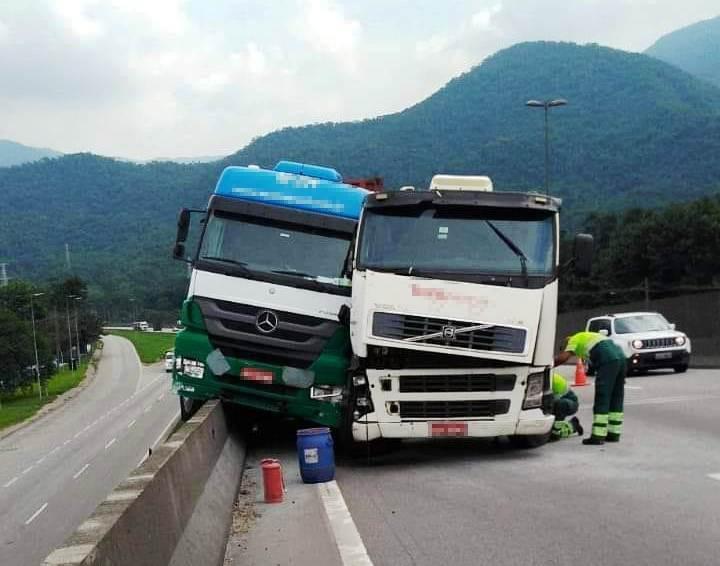 Carreta fica com roda para fora da pista após acidente na Cônego Domênico Rangoni - Noticias