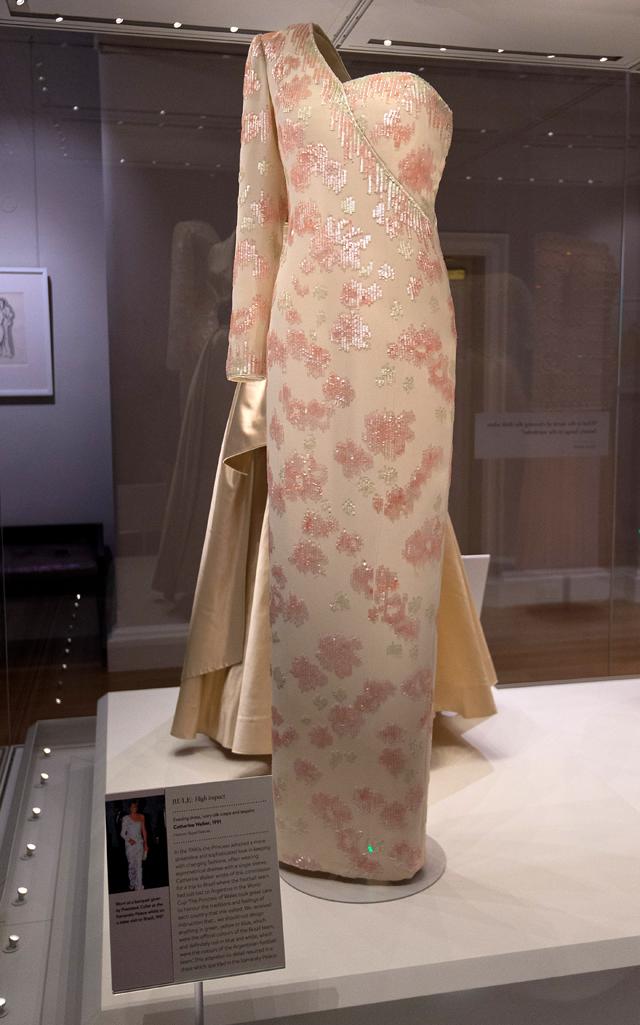 O vestido original exposto na exposição Diana: Her Fashion Story, do Kensington Palace (Foto: Getty Images)