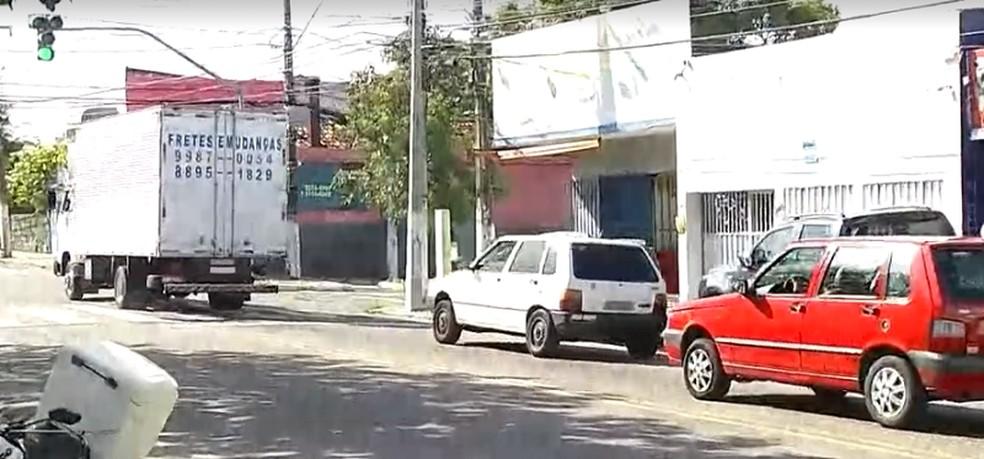 Suspeito de assalto foi morto por pessoa não identificada que perseguiu dupla, no bairro Alecrim. — Foto: Reprodução/Inter TV Cabugi