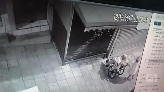 Câmera registra cadeirante e namorada antes de arrombar loja de camelô; vídeo