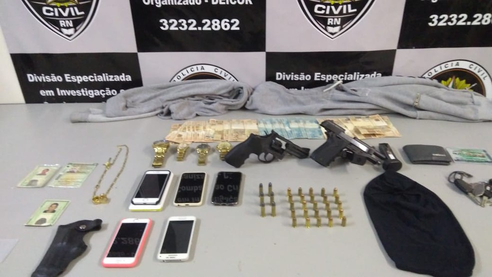 Dinheiro e armas foram achados com suspeitos em chalé da praia de Búzios, no litoral norte potiguar — Foto: Polícia Civil/Divulgação