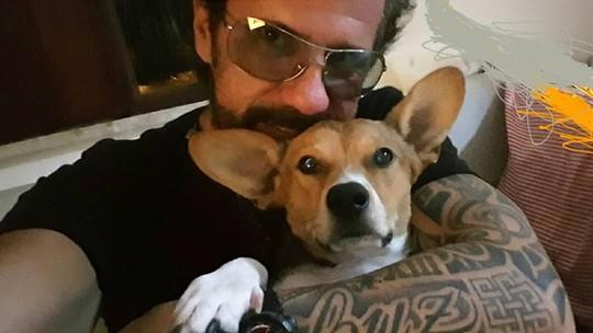 Tuca Fernandes conta como adotou seu cão na véspera de Natal: 'Foi ele que me resgatou'