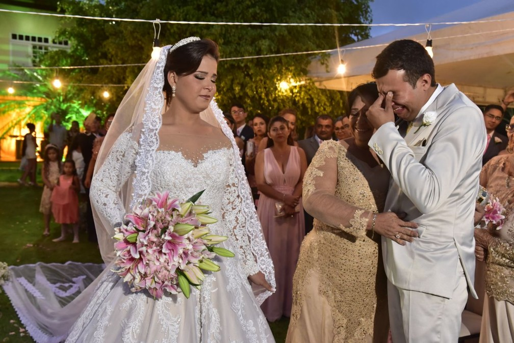 Eduardo se emocionou a ver Iris vestida de noiva (Foto: Priscila Fontinele/Divulgação)