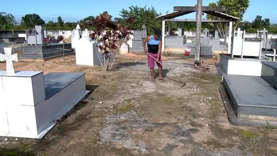 Sem coveiro, moradores usam as próprias mãos para sepultar parentes em Linhares