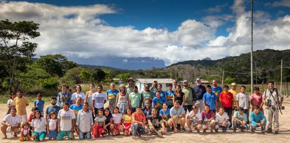 Parte da equipe envolvida na expedição ao Monte Roraima que envolveu indígenas e não indígenas — Foto: Alejandro Garcia/Acervo Pessoal