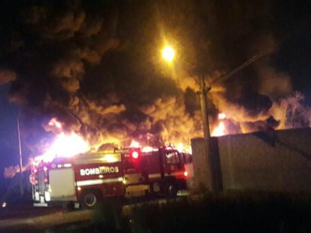 Quatro viaturas e nove bombeiros tentam conter às chamas (Foto: José Eurides/Vanguarda Repórter)