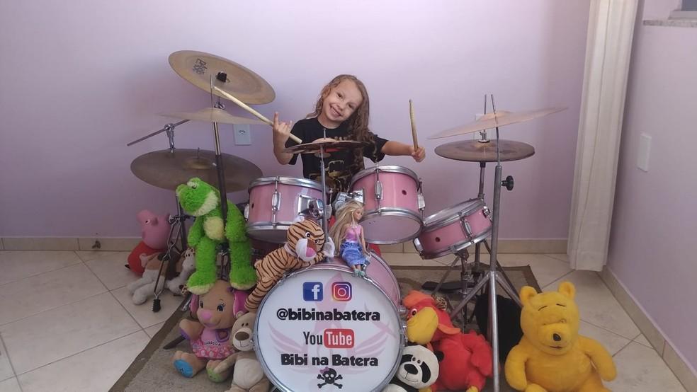 Beatriz começou as aulas de bateria há um ano e hoje já toca 19 músicas no instrumento — Foto: Ailson Ferreira/Arquivo Pessoal