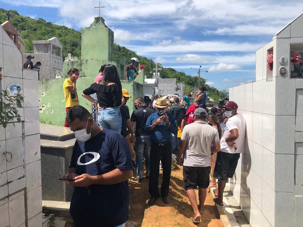Vítimas de acidente com ônibus em MG são enterradas em cimitério de Água Branca (AL) — Foto: Douglas França/TV Gazeta