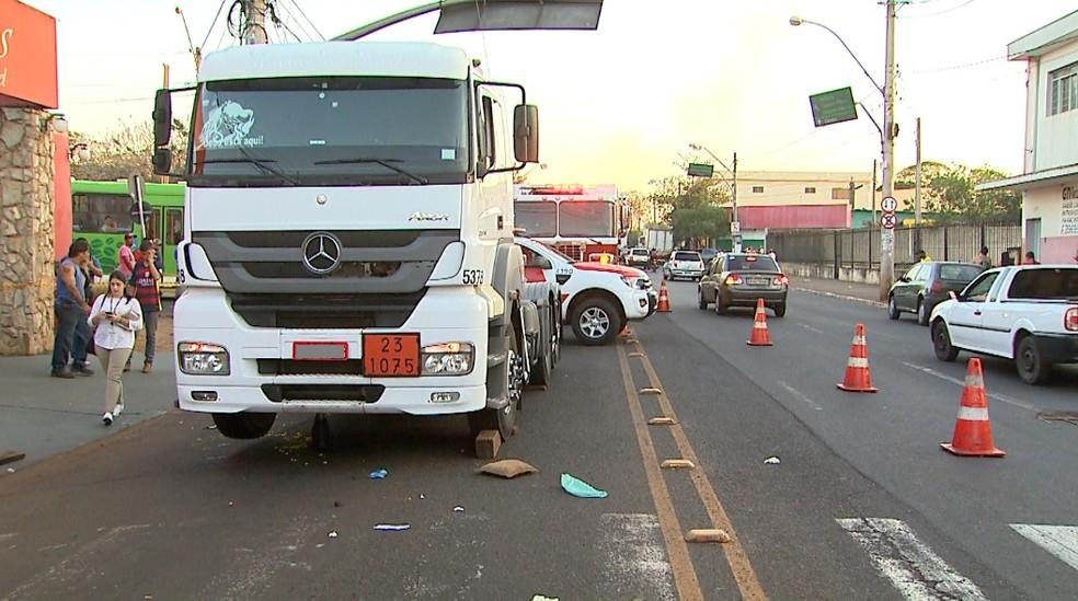 Acidente causou lentidão na Avenida Brasil em Ribeirão Preto (Foto: Reprodução/EPTV)