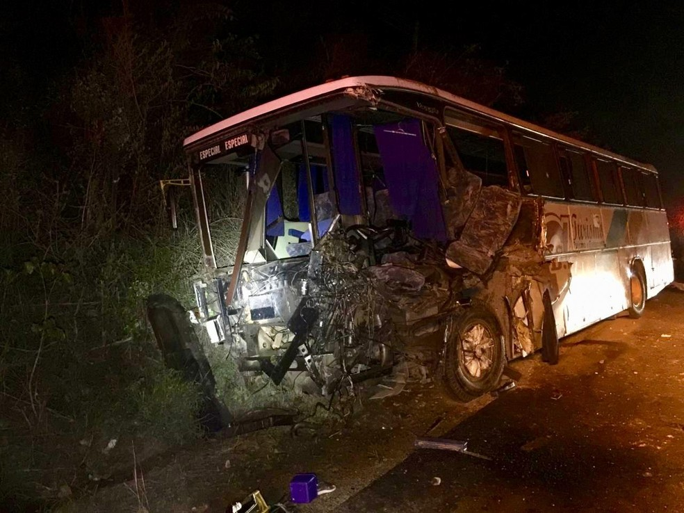 Colisão entre ônibus, caminhão e carro deixou três mortos e 20 feridos na BR-232, em Gravatá — Foto: PRF/Divulgação
