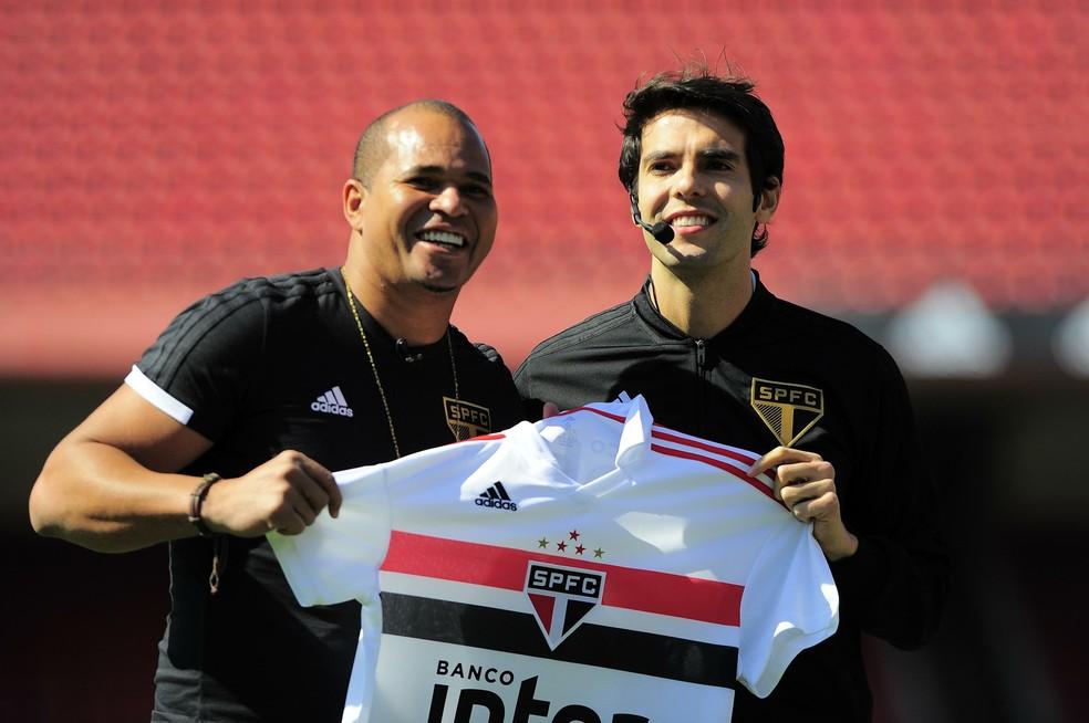Aloísio Chulapa e Kaká com a nova camisa do São Paulo (Foto: Marcos Ribolli)