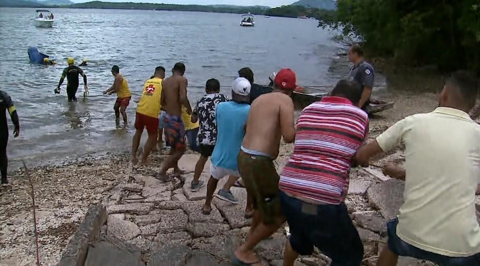 Cerca de 12 homens ajudaram a retirar o carro do Rio Grande em Rifaina, SP — Foto: Chico Escolano/EPTV