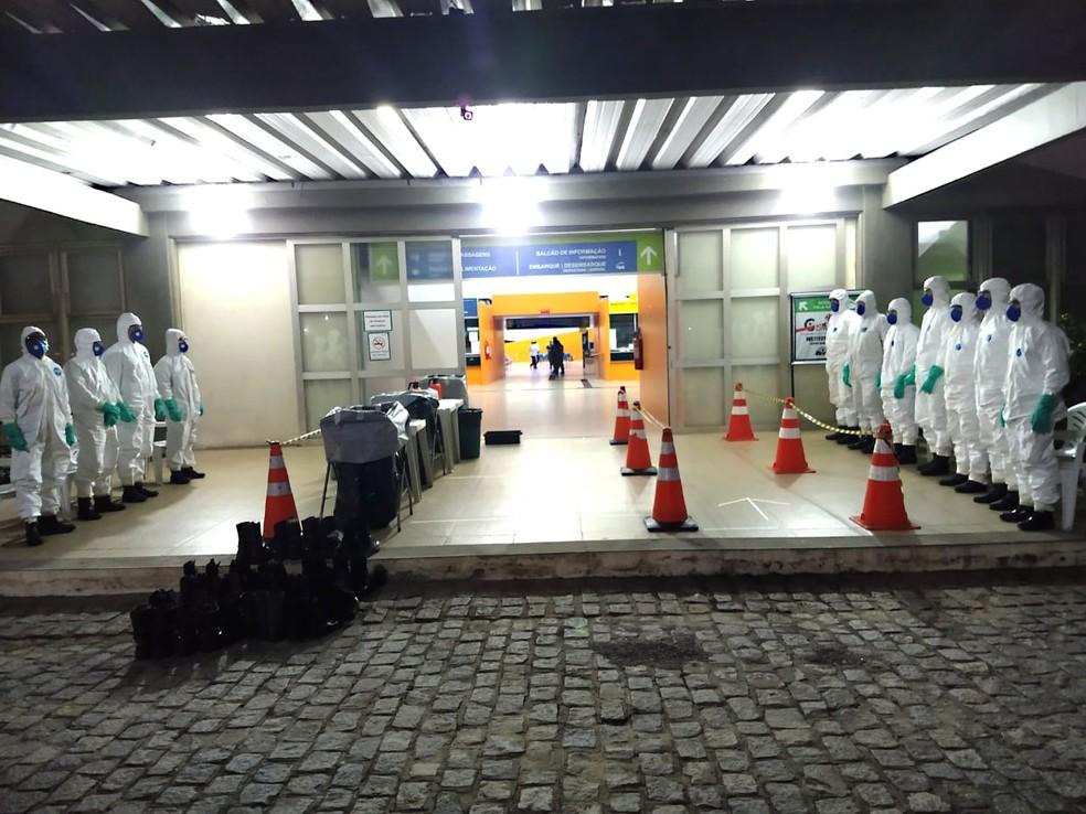 Militares em formação na entrada da Rodoviária de Natal, para desinfecção em prevenção ao coronavírus — Foto: Divulgação