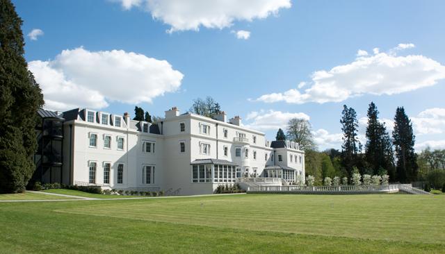 A imponente e belíssima mansão central, onde fica a maioria dos quartos disponíveis na propriedade do Coworth Park  (Foto: Divulgação/The Dorchester)