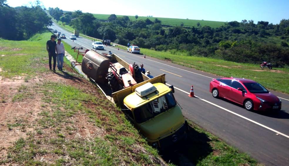 Caminhão caiu em canaleta ao lado do acostamento e trecho da SP-333 em Itápolis já foi liberado ao tráfego — Foto: Valtemir Tambarussi/Divulgação