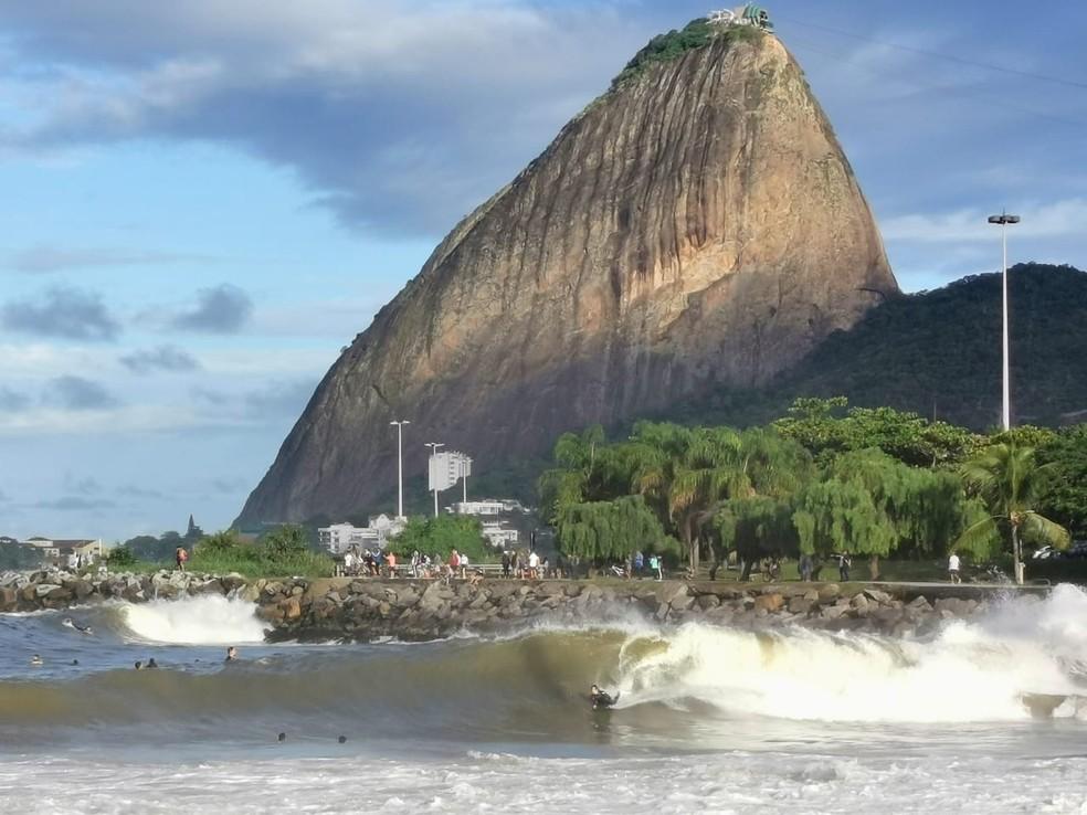 Surfistas aproveitam ondas no Rio — Foto: Marcos Serra Lima/G1