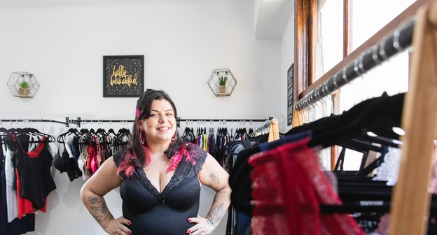 Depois de não conseguir comprar lingerie, ela criou sua própria marca plus size