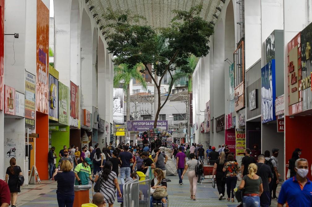Isolamento social teve menor adesão da população em 2021; na foto, movimentação no comércio na cidade de Santo André, (SP), em imagem do dia 17 de abril. — Foto: ROBERTO SUNGI/FUTURA PRESS/ESTADÃO CONTEÚDO