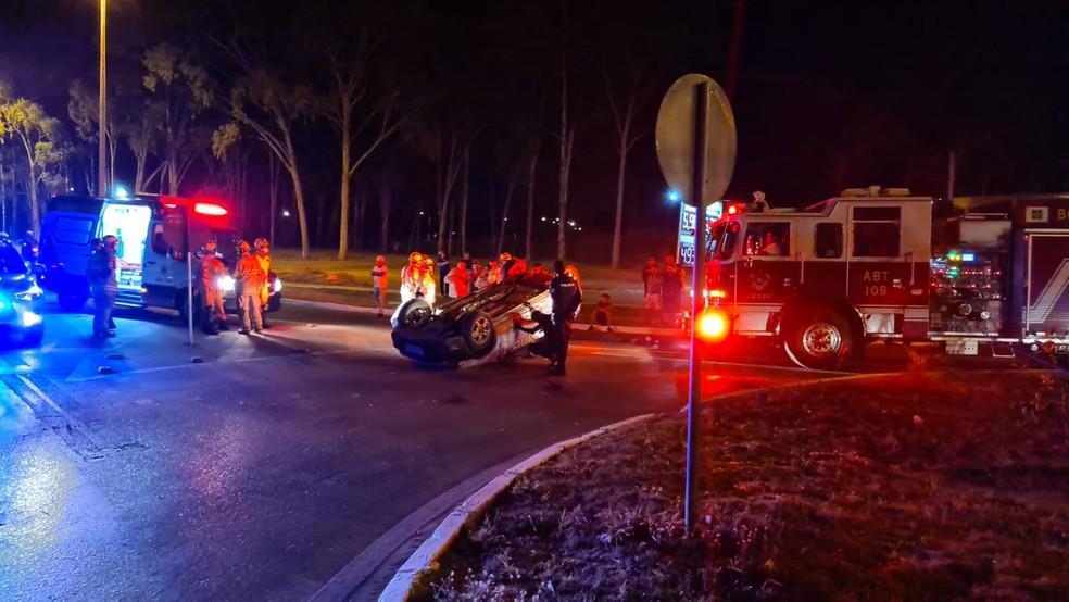 Carro capotou no balão da DF 128, na altura de Planaltina. Motorista, de 32 anos, morreu na hora — Foto: Corpo de Bombeiros do DF/Divulgação
