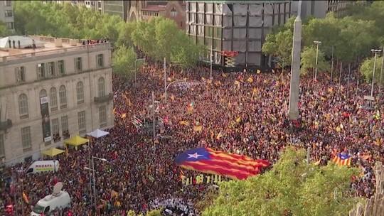 Manifestantes entram em confronto com a polícia em Barcelona no 5º dia de protestos