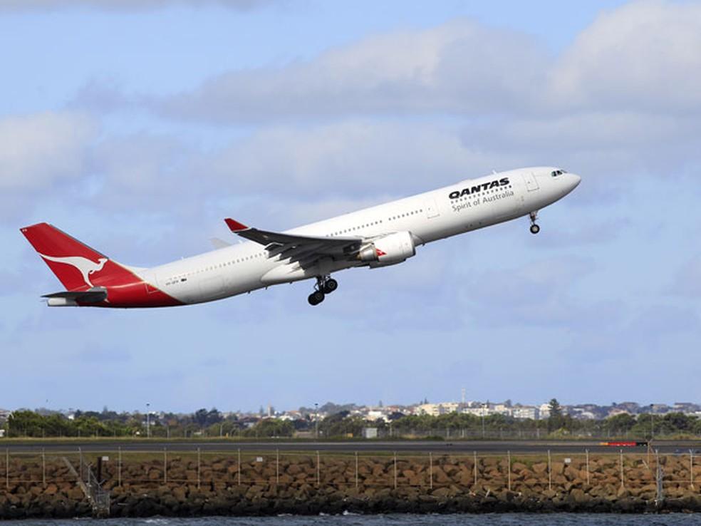 Aeronave da Qantas decola de Sidney, na Austrália, após decisão da Justiça que obrigou a retomada dos voos — Foto: Rick Rycroft / AP