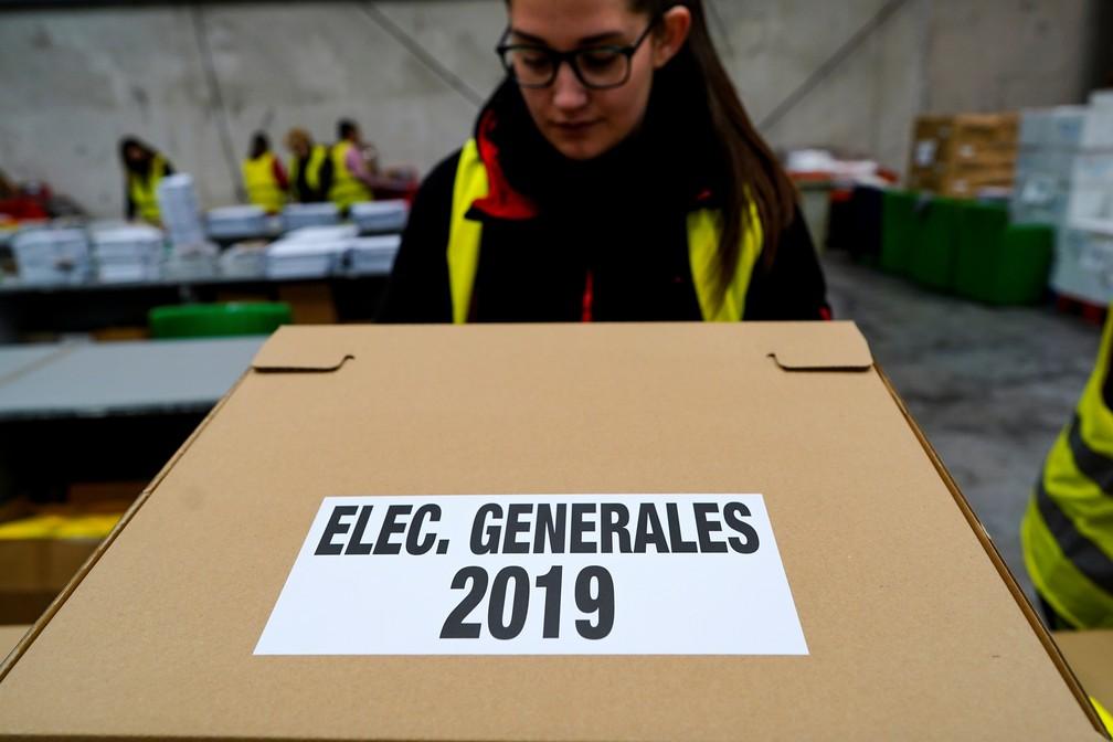 Caixas com cédulas são enviadas para as assembleias de voto da eleição geral da Espanha — Foto: Juan Medina/Reuters