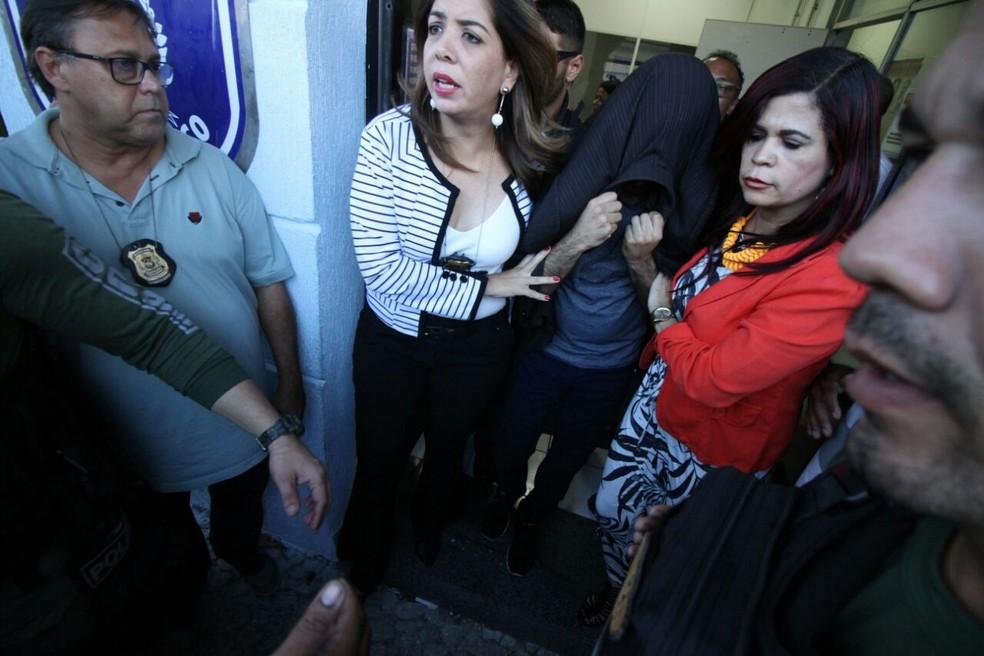 Médico prestou depoimento na sede do Departamento de Polícia da Mulher, no Bairro do Recife (Foto: Marlon Costa/Pernambuco Press)