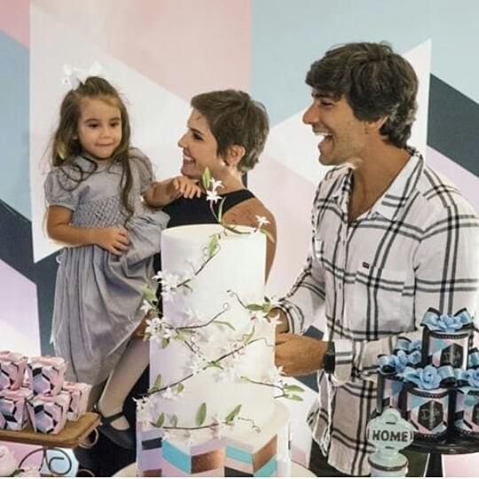 Déborah Secco comemorou os 39 anos ao lado do marido e da filha (Foto: Reprodução Instagram)