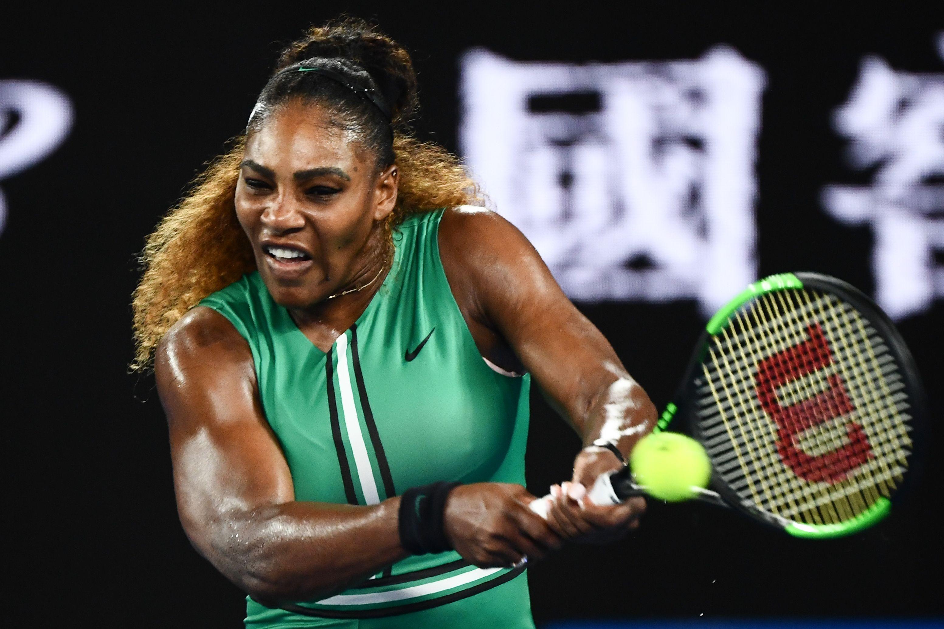 Serena Williams devolve a bola na vitória sobre Bouchard