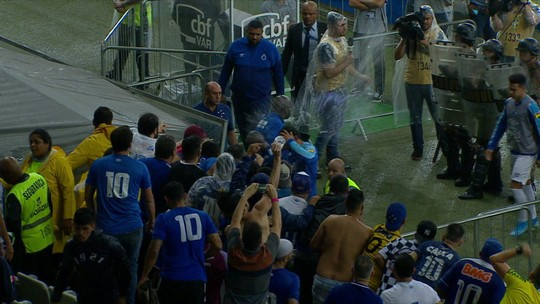 Torcedores do Cruzeiro atiram objetos nos jogadores na saída de campo após derrota para o CSA no Mineirão