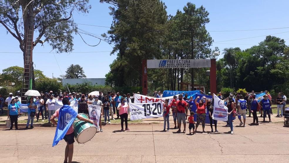 Manifestantes de organizações sociais protestaram pela falta de assistência social, em Porto Iguaçu — Foto: Movimento Ativo Social e Político Iguaçu/Divulgação