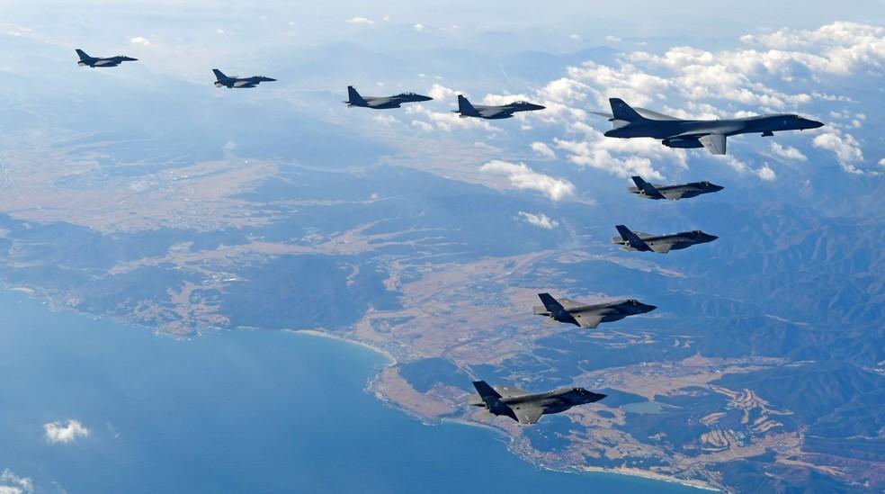 Aviões da Força Aérea dos EUA voam em formação durante um exercício aéreo conjunto entre os EUA e a Coreia do Sul em 2017 (Foto:  The Defense Ministry/Yonhap via Reuters)