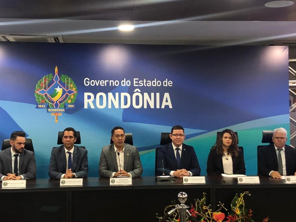 Marcos Rocha, terceiro da direita a esquerda, durante cerimônia dos 100 primeiros dias de governo.  — Foto: Marison Dourado/CBN