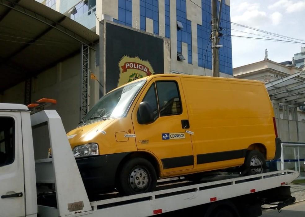 O veículo e o detido foram encaminhados para a Delegacia da Polícia Federal — Foto: Phelipe Soares/NF Notícias