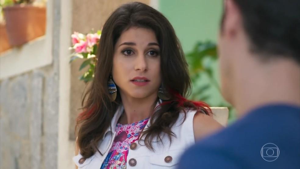 Carmela (Chandelly Braz) desdenha de Shirlei (Sabrina Petraglia) em conversa com Adônis (José Loreto) - 'Haja Coração' — Foto: Globo