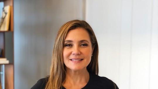 Adriana Esteves veste blusa de Laureta e comemora sucesso da personagem